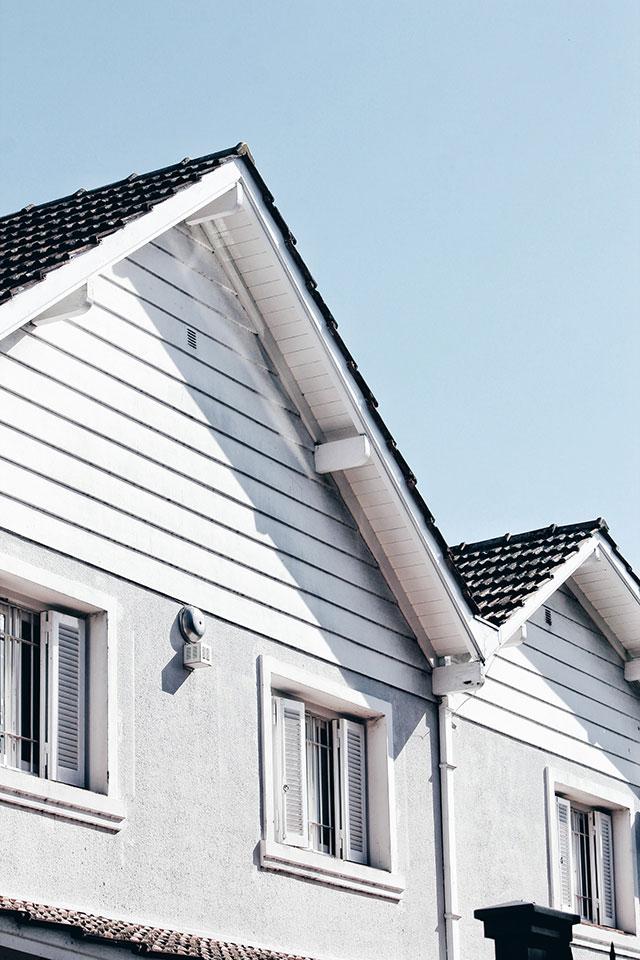 Etapy budowy dachu: na co zwracać uwagę przykrywając konstrukcję budynku